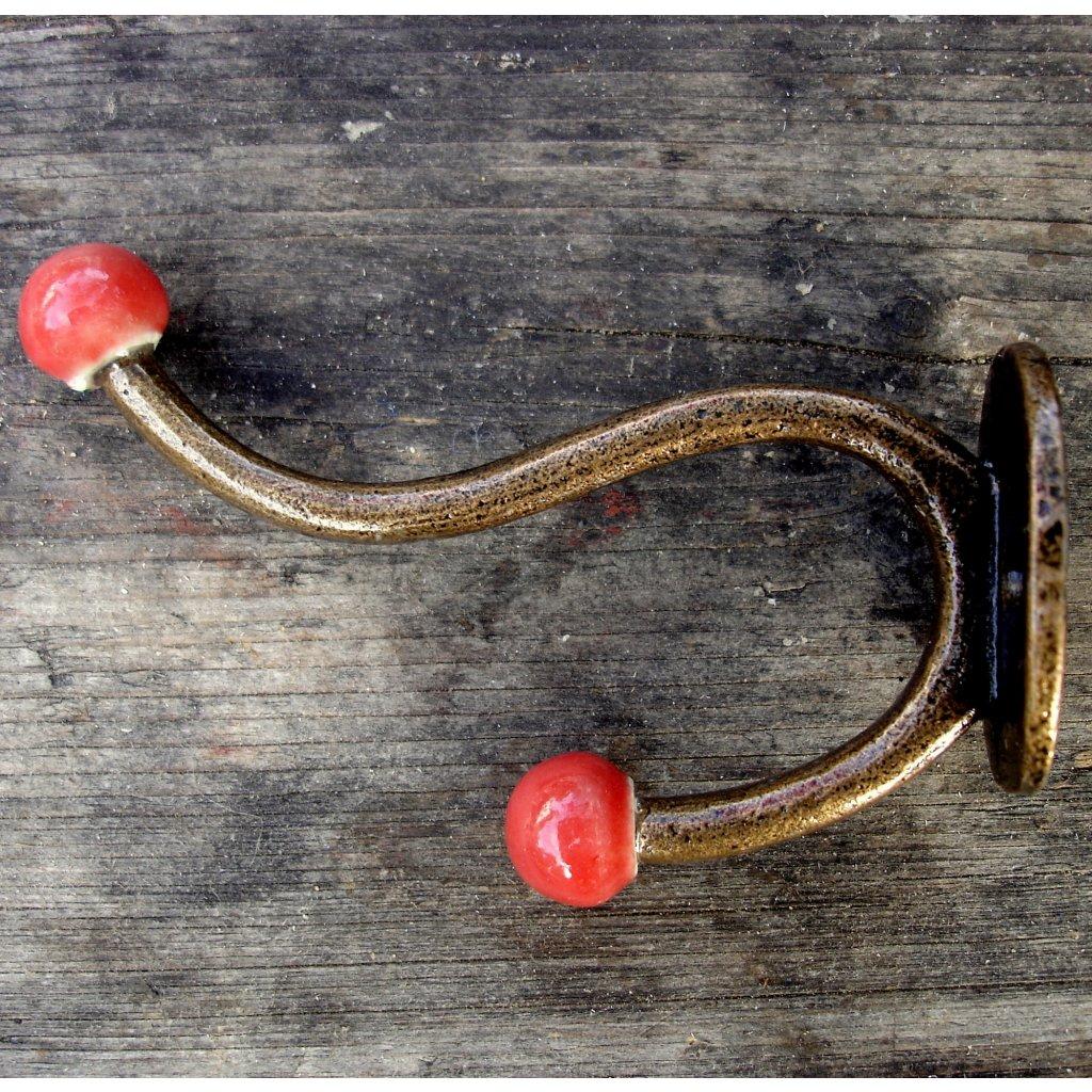Věšák s keramickými kuličkami-červená
