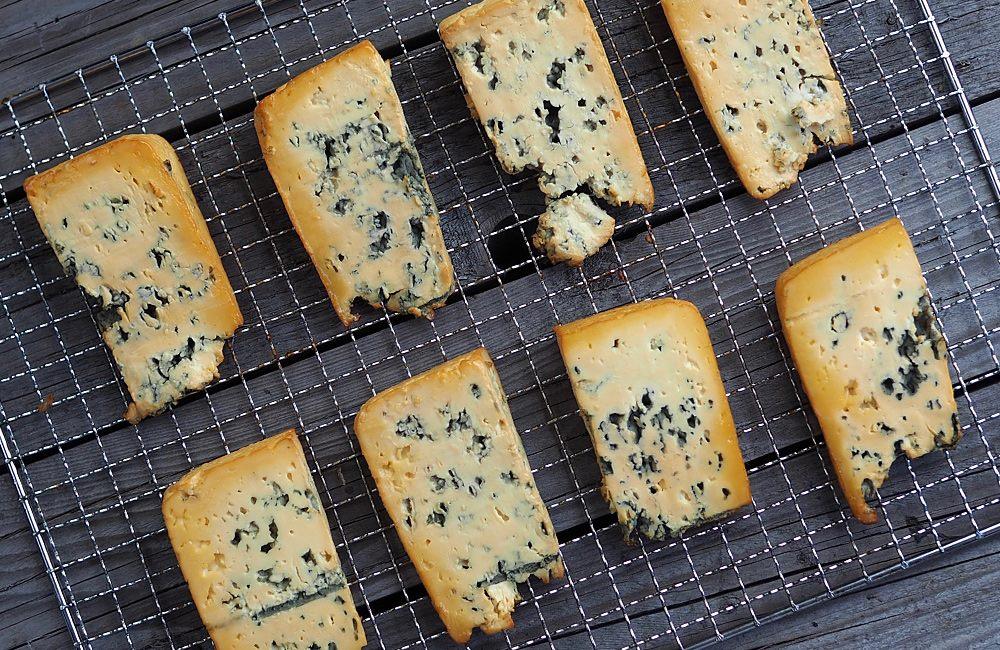 Fajnový modrý sýr vyuzený studeným kouřem