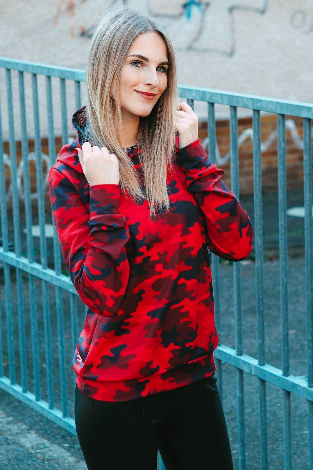 Hezká blondýna v mikině Camo Red Utopy