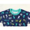 Dětské pyžamo kopačky a fotbalisti detail krku