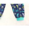 Dětské pyžamo kopačky a fotbalisti detail nohavice