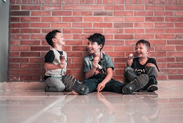 Tři děti se zmrzlinou