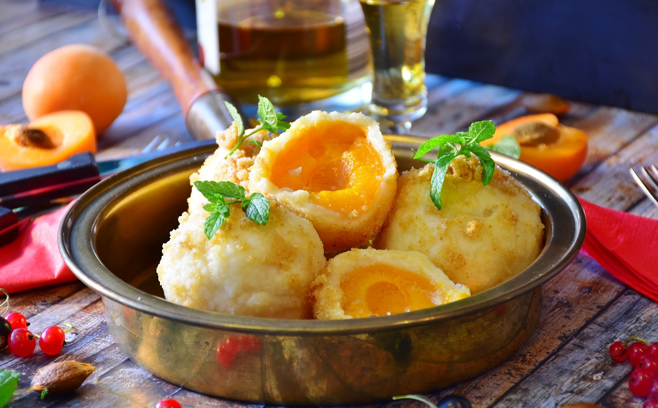 Meruňkové knedlíky s vanilkovým máslem a skořicovým perníkem