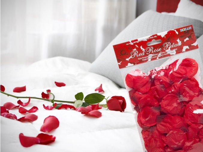 postel plná růží okvetni listky ruze listy ruzi červená růžička dárek výročí valentýn narozeniny
