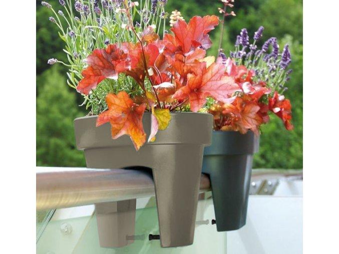 Květináč na zábradlí