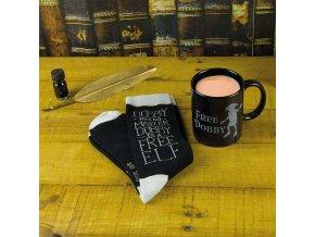 PP3911HP hrnek Dobby Mug Socks Set Lifestyle Dobby mug and socks scaled ponožky harry potter brno skladem tip na dárek Krásný set hrnku a ponožek k filmu Harry Potter. Oficiální licencovaný produkt doveze z Anglie pro fanoušky