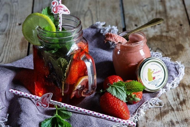Jahodový ledový čaj