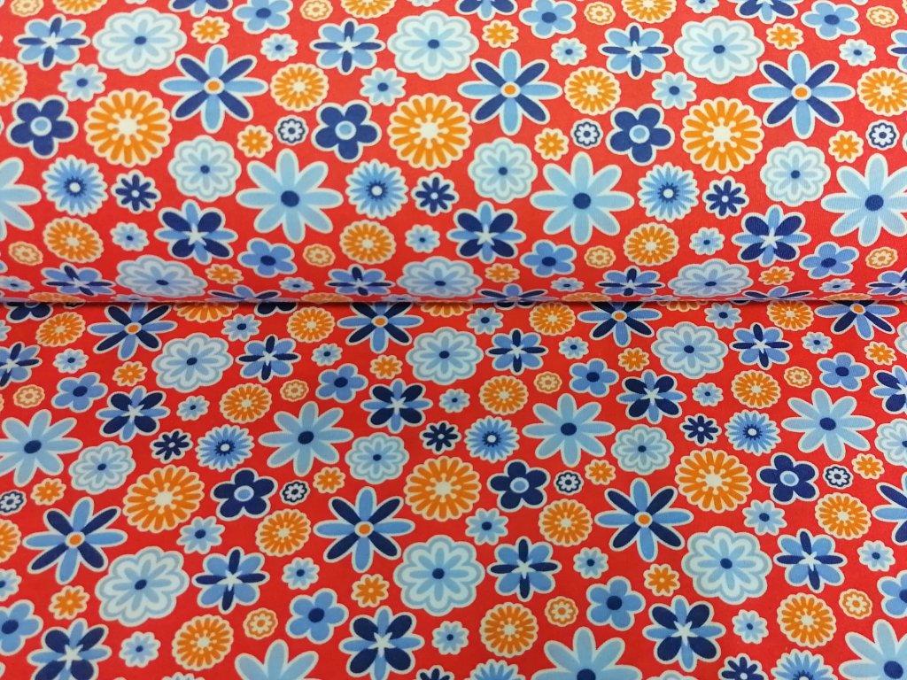 modré a oranžové kytičky na červené