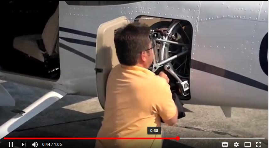 Kolo do letadla? Dvě skládací kola Brompton M6L v letadle Cessna 172