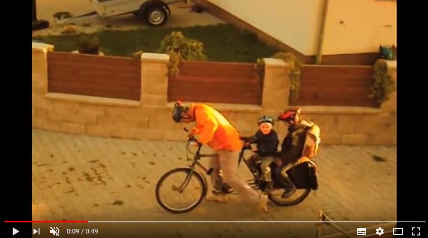 Dvě děti na nákladním kole Xtracycle – jak jezdíme do školy