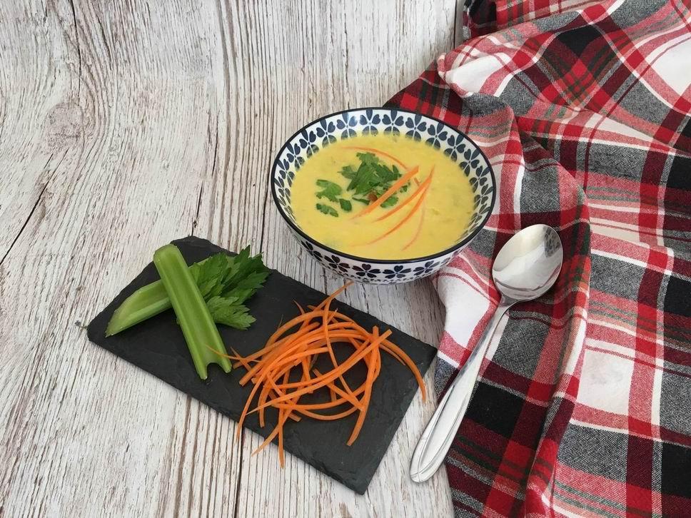 Polévka z řapíkatého celeru s mrkvovými nudlemi