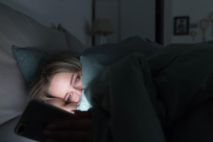 Sledování mobilu před spaním