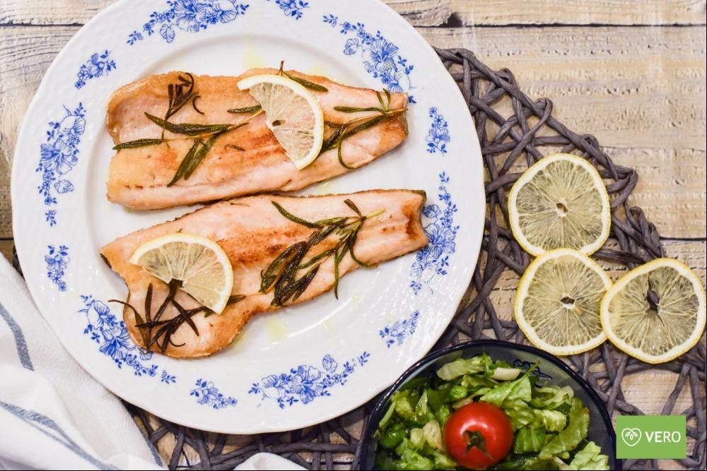 Filet ze pstruha lososovitého s římským salátem
