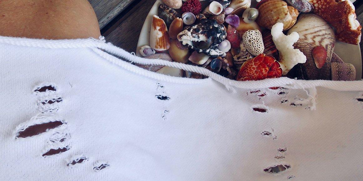 T-dress. Pohodlné, ručně děrované triko-šaty vyrobené z teplákoviny. nezačištěné okraje a rafinovaně nedbalý vzhled.