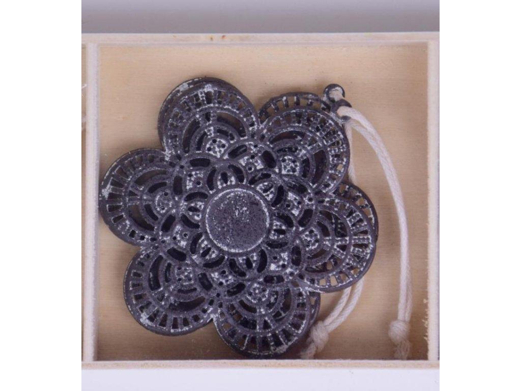 Kytička s ornamenty | šedá | závěsná | 6,5x6,5x0,2cm