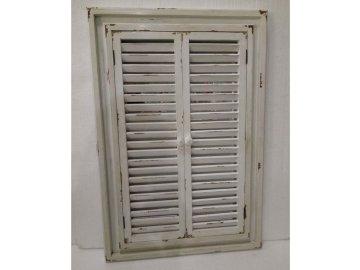 Zrcadlo v dřevěném rámu s okenicemi