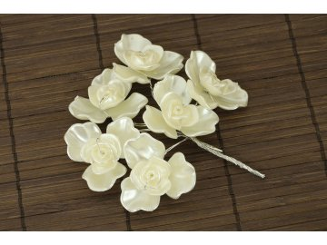 Bílá přízdoba růžičky 10cm