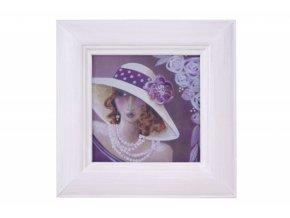 fialová dáma v klobouku s květinou