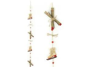 Girlanda, vánoční dekorace s dřevěnými bruslemi a lyžemi