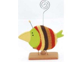 Dřevěný ptáček v pleteném svetru se spirálou na fotku