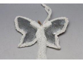 plechovy motyl s krajkou s
