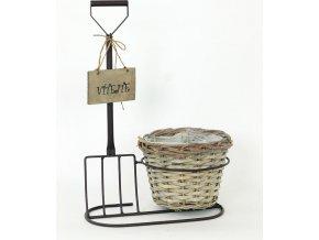 Proutěný košík v kovovém stojanu s nápisem Vítejte