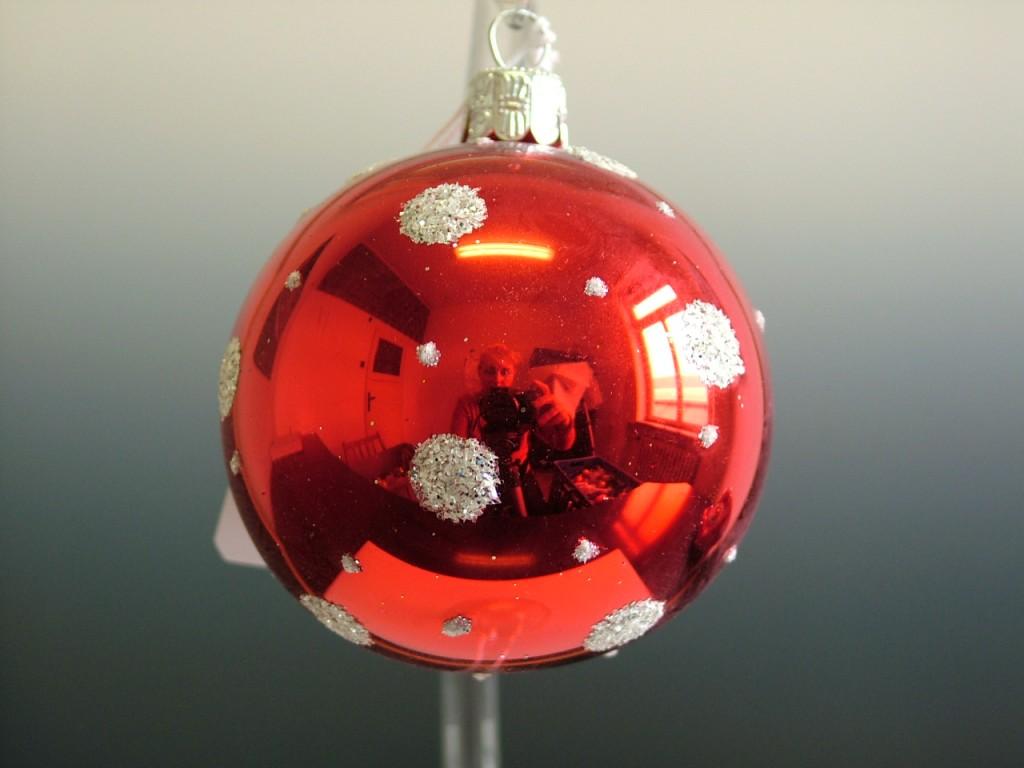 Slezská tvorba Skleněná koule   červený lesk   bílé puntíky Velikosti: 6cm - 6 ks