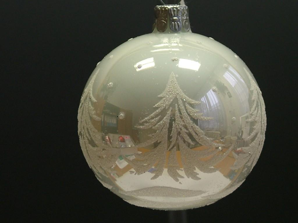 Slezská tvorba Skleněná koule | bílý porcelán | bílé smrky Velikosti: 7cm - 6 ks