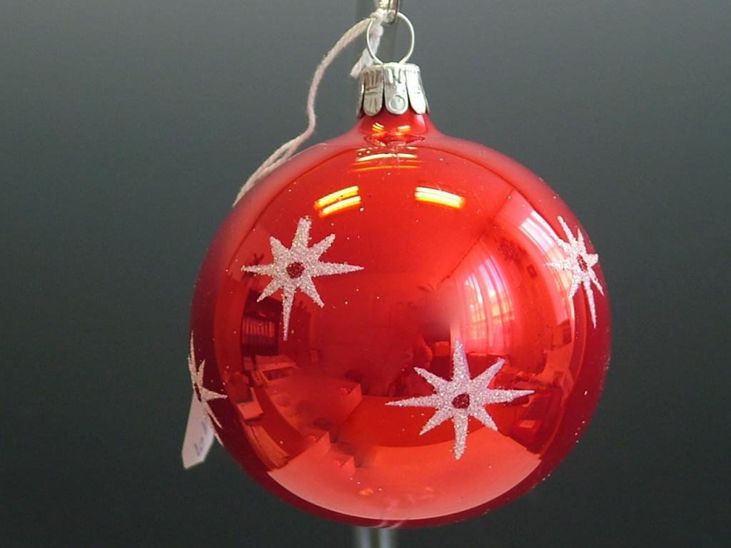 Slezská tvorba Skleněná koule | červený porcelán | hvězdičky