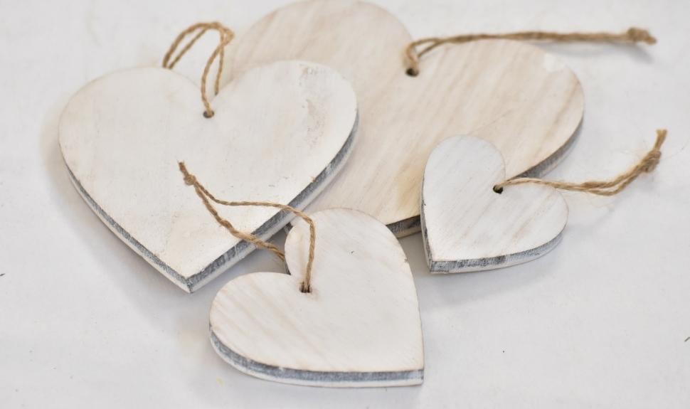 Dřevěné srdce na zavěšení bílé, sada 4 ks