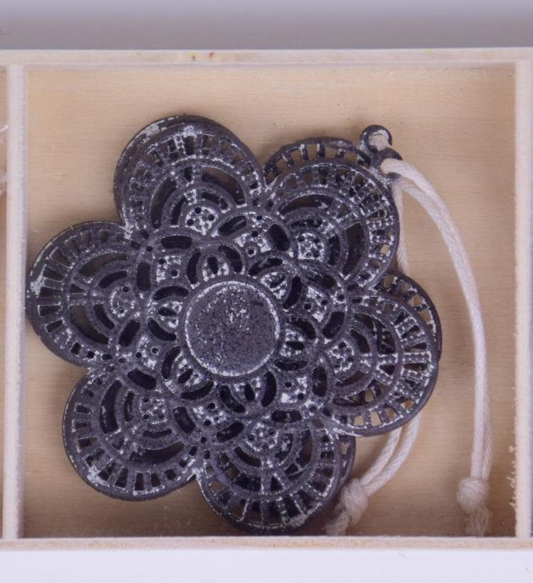 Kytička s ornamenty šedá závěsná 6,5x6,5x0,2cm