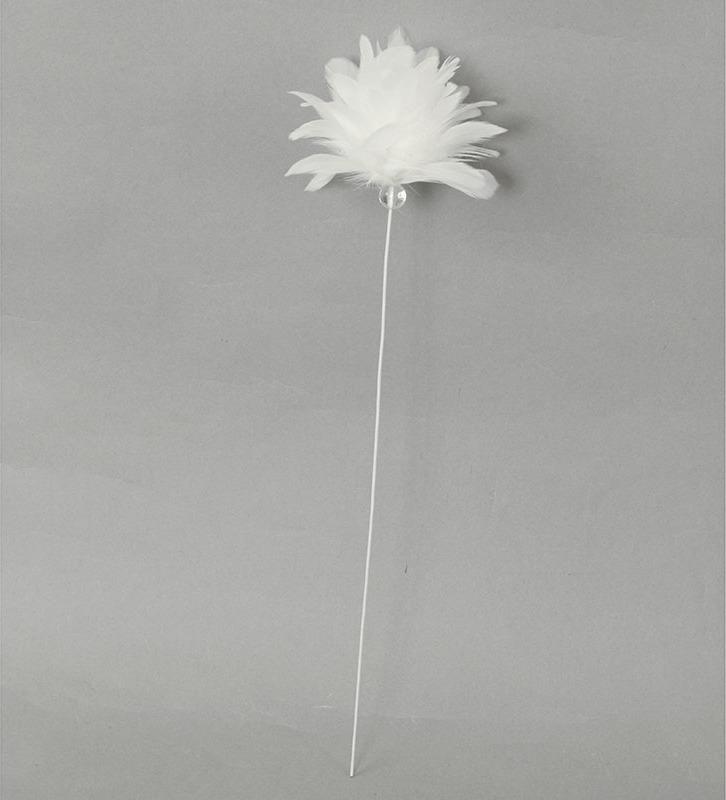 Dekorace z peří - zápich,barva bílá, baleno 12 ks v polybag. Cena za 1 ks.