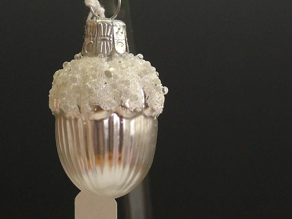 Slezská tvorba Skleněná figurka | žalud malý | bílý mat