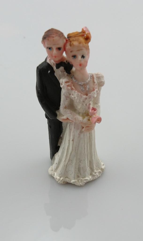 Svatební figurky držící se za ruce