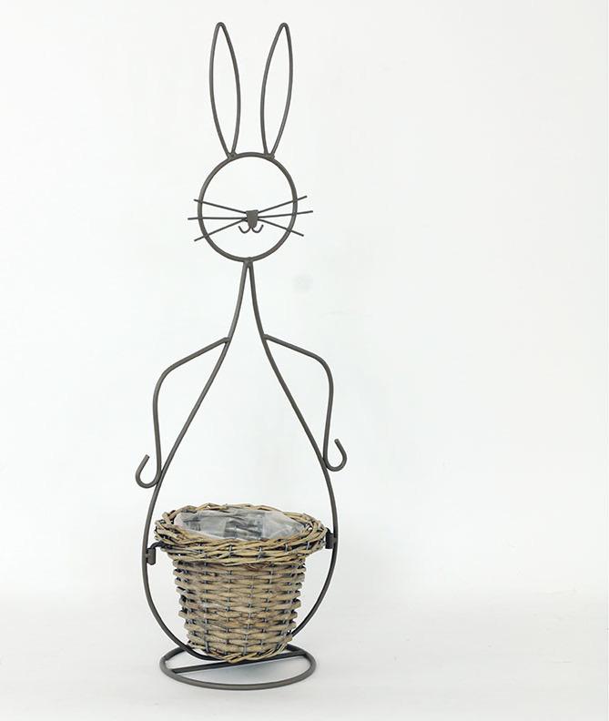 Proutěný košík s kovovou dekorací ve tvaru zajíce