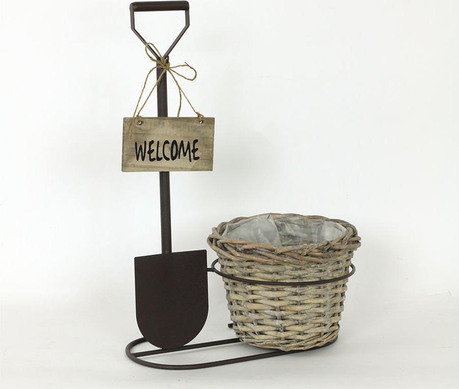 Proutěný košík v kovovém stojanu s nápisem Welcome