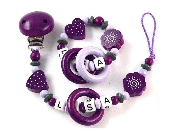 Sada - chrastítko se jménem a šňůrka, fialovo-šedá kombinace, kytičky, srdíčka