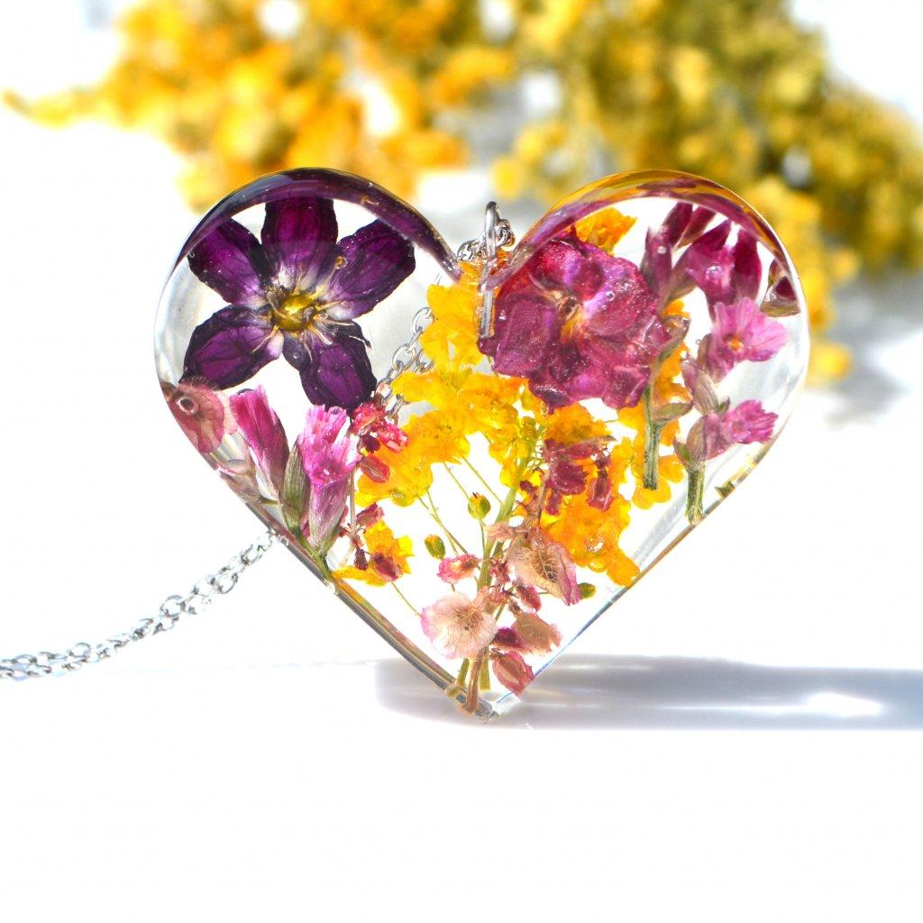 pryskyřicový šperk srdce s květinami (2)