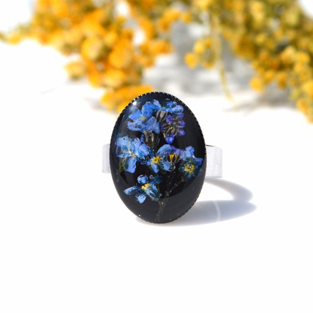 černý prsten s pomněnkami z pryskyřice (1)