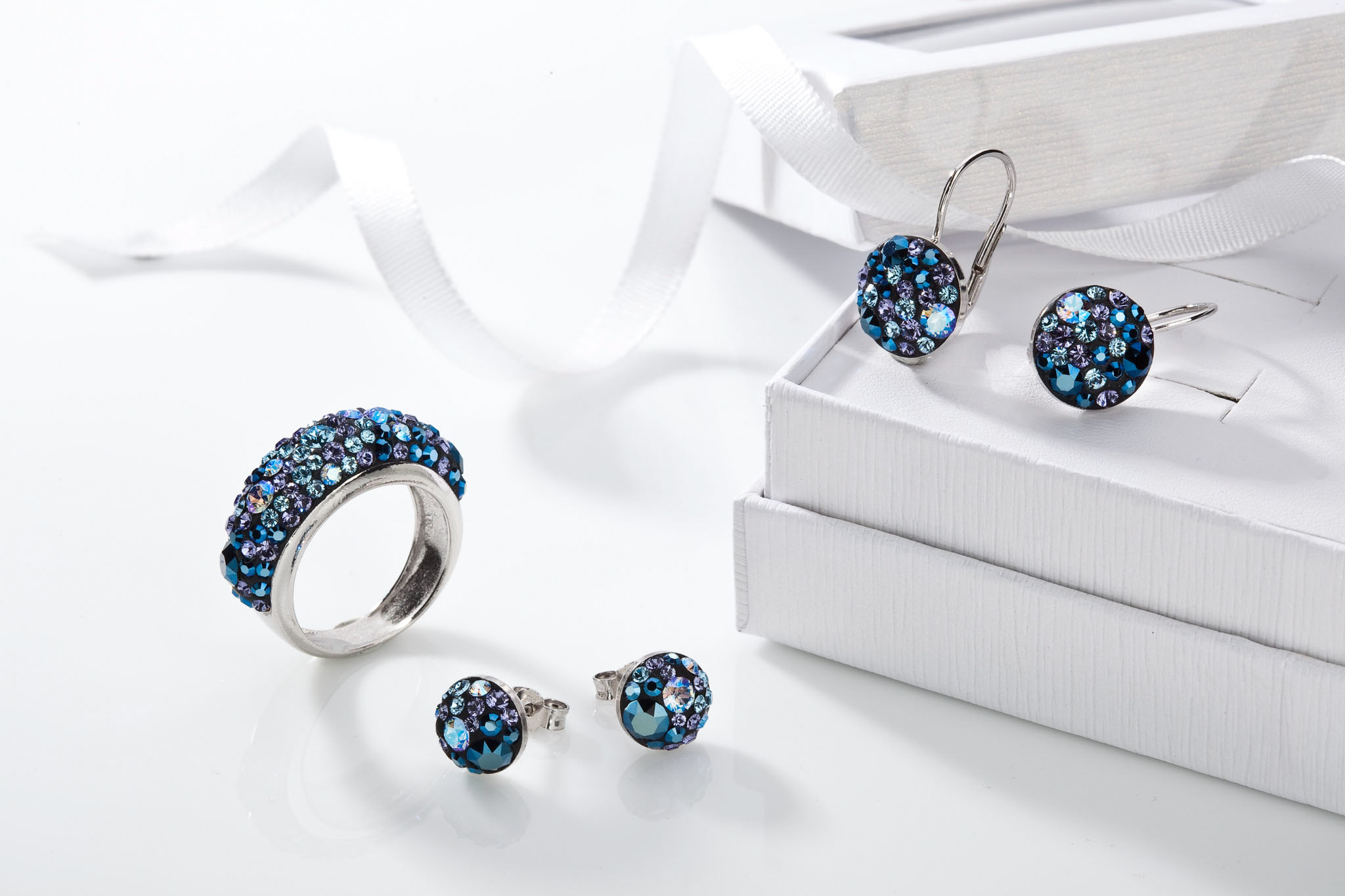 Hledáte šperk, který bude působit vznešeně a upoutá pozornost? Vsaďte na zdobení modrým kamenem