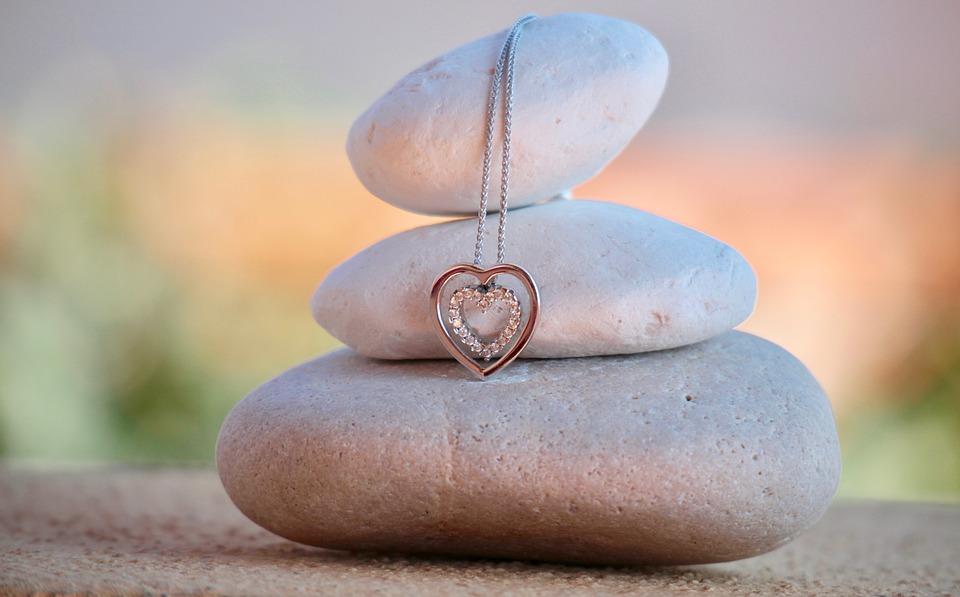 Šperk ve tvaru srdce: jakou zprávu s sebou nese?