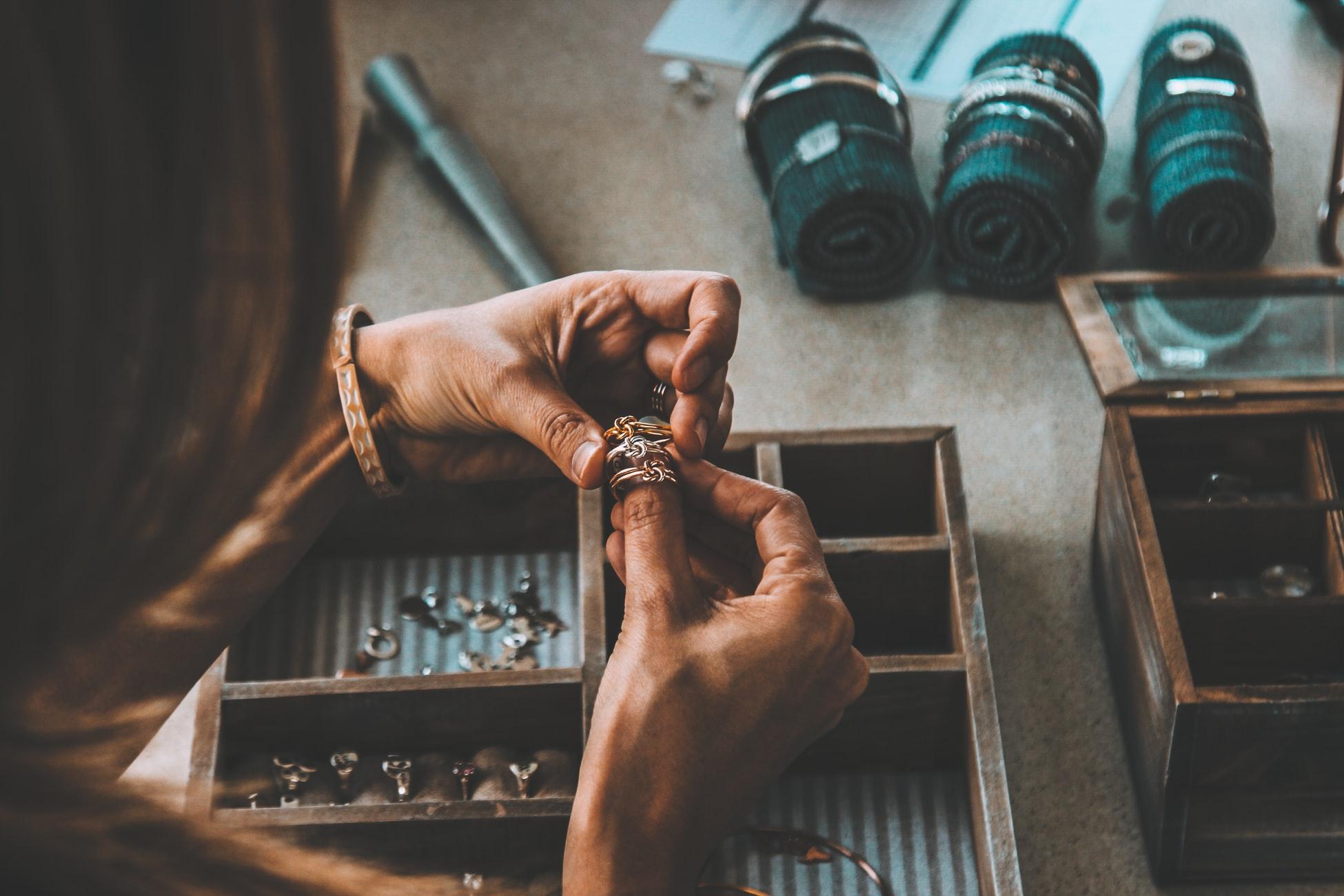 Stojan na šperky má designovou, ale také praktickou funkci. Jak vybrat ten nejlepší?