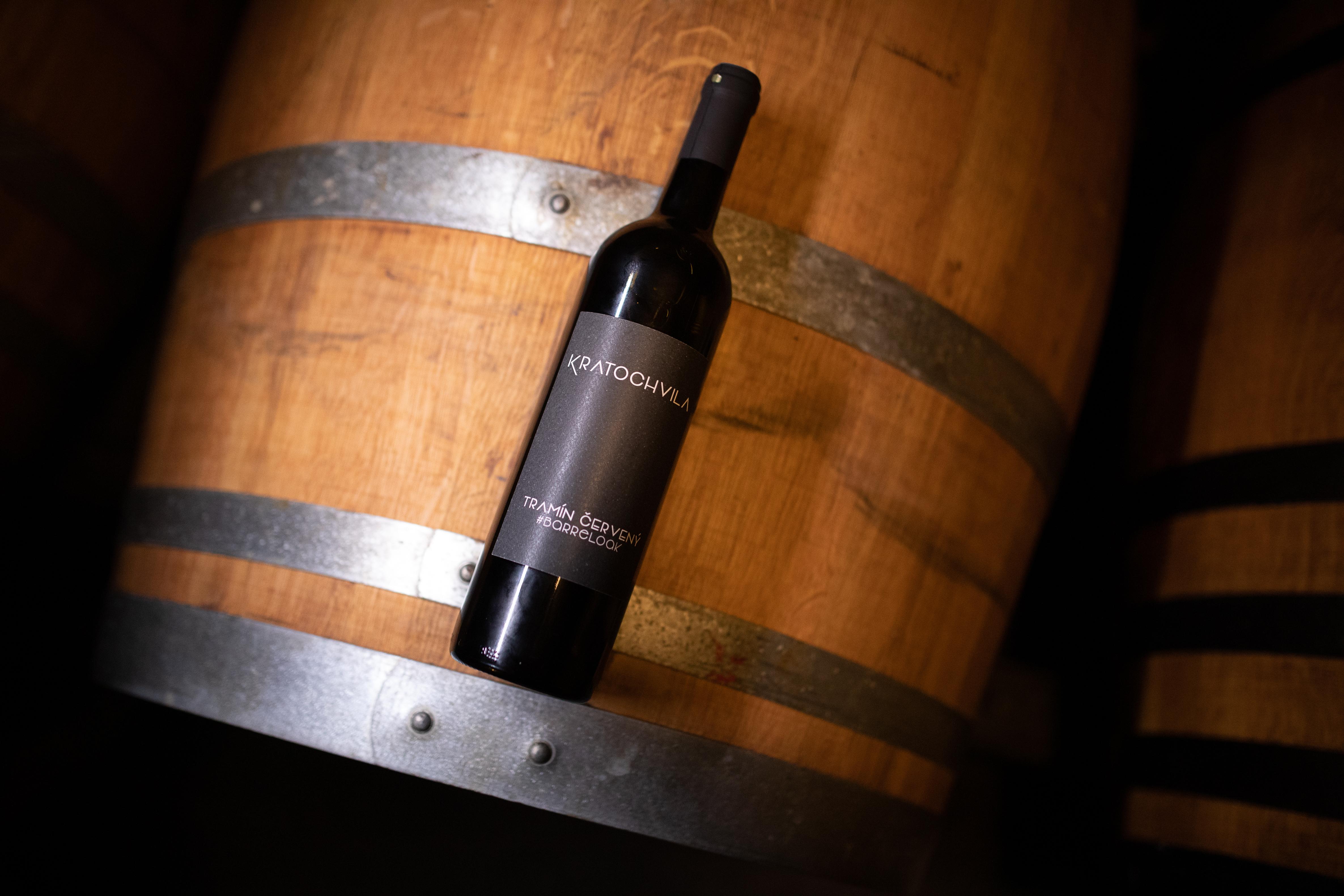 Rok s vinařem - 2. Míchání vína na kvasničných kalech (batonáž)