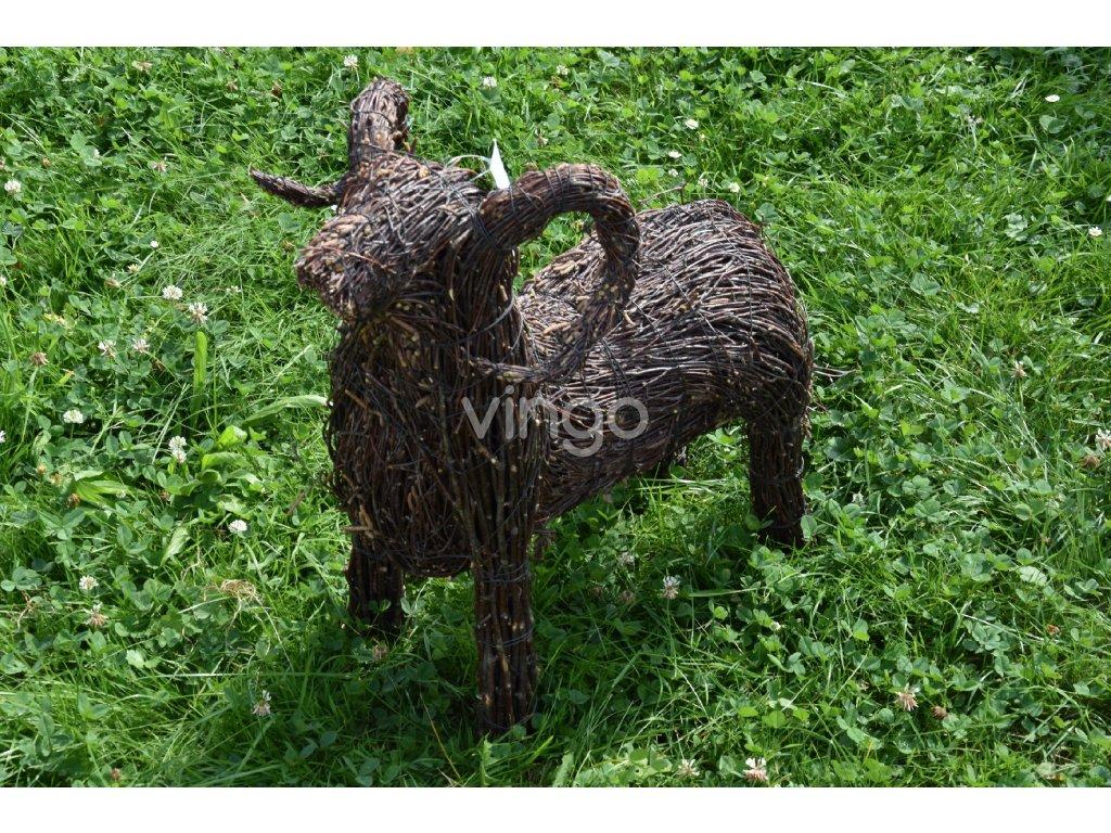 Velikonoční beránek Vingo z březových větviček na trávníku