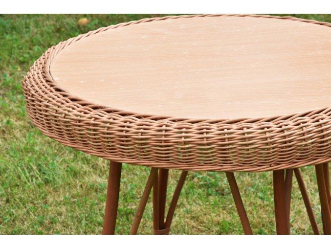 Proutěný stůl Vingo - detailní pohled na pevnou vrchní desku a zdobný okraj z loupaného proutí