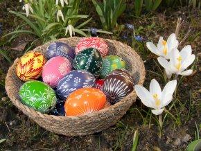 Ručně pletená miska Vingo na velikonoční stůl v zátiší s dekoracemi
