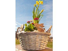 Proutěný šedy květináč Vingo s vnitřní igelitovou vložkou ozdobený hnědou kostkovanou látkou - připraven na velikonoční výzdobu