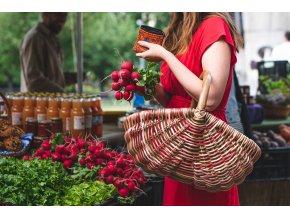 Ratanový nákupní košík v hnědo červených odstínech