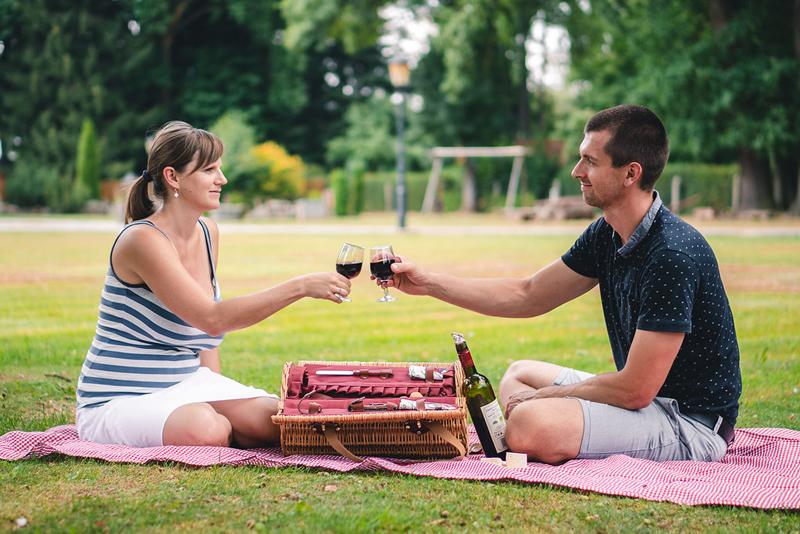 Proutěný piknikový koš na víno (Vybavený pro 2 osoby)