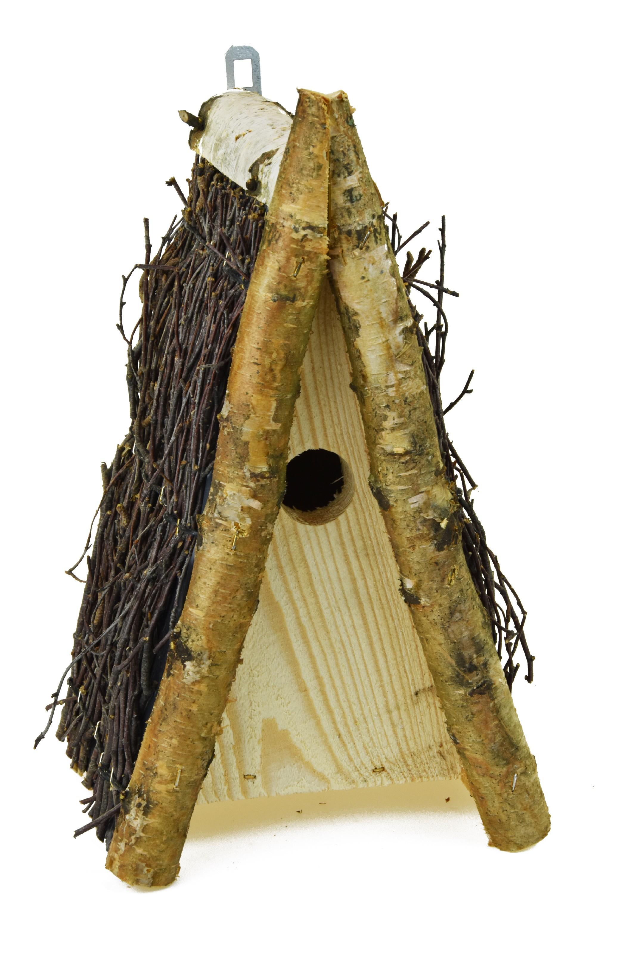 Budka pro ptáky se střechou z březových větviček